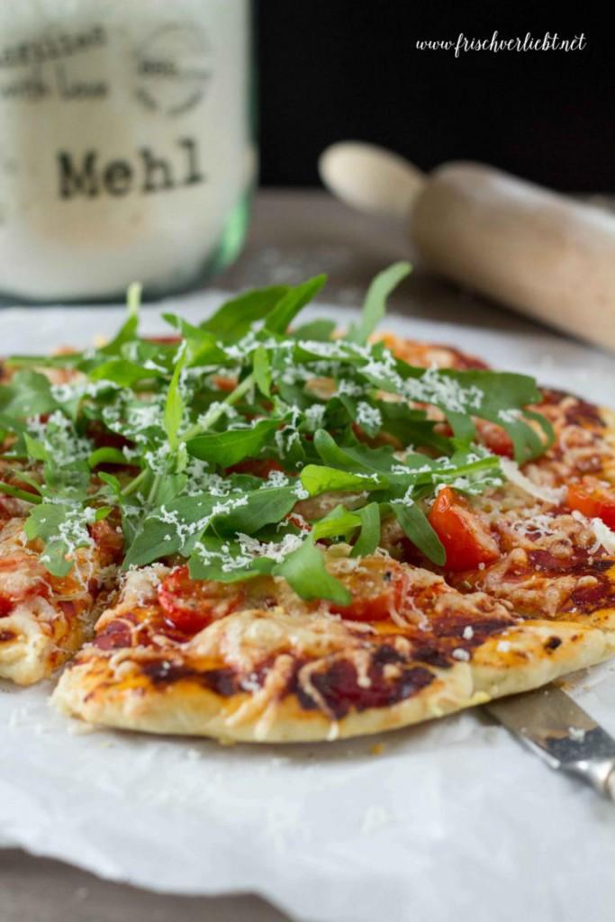 Rosmarin_Pizza_mit_Rucola_und_Tomaten_Frisch_Verliebt_1