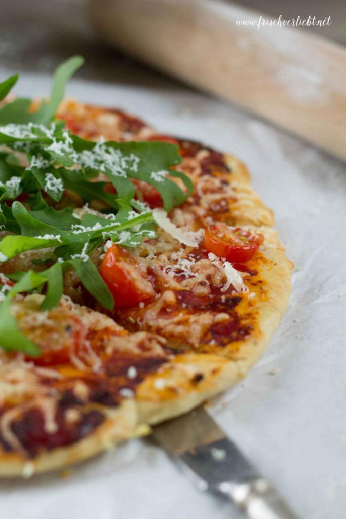 Rosmarin_Pizza_mit_Rucola_und_Tomaten_Frisch_Verliebt_2