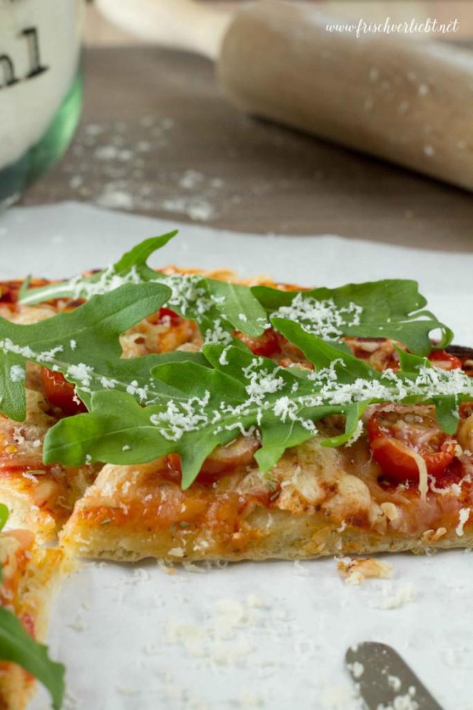 Rosmarin_Pizza_mit_Rucola_und_Tomaten_Frisch_Verliebt_3