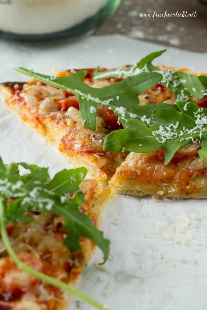 Rosmarin_Pizza_mit_Rucola_und_Tomaten_Frisch_Verliebt_4