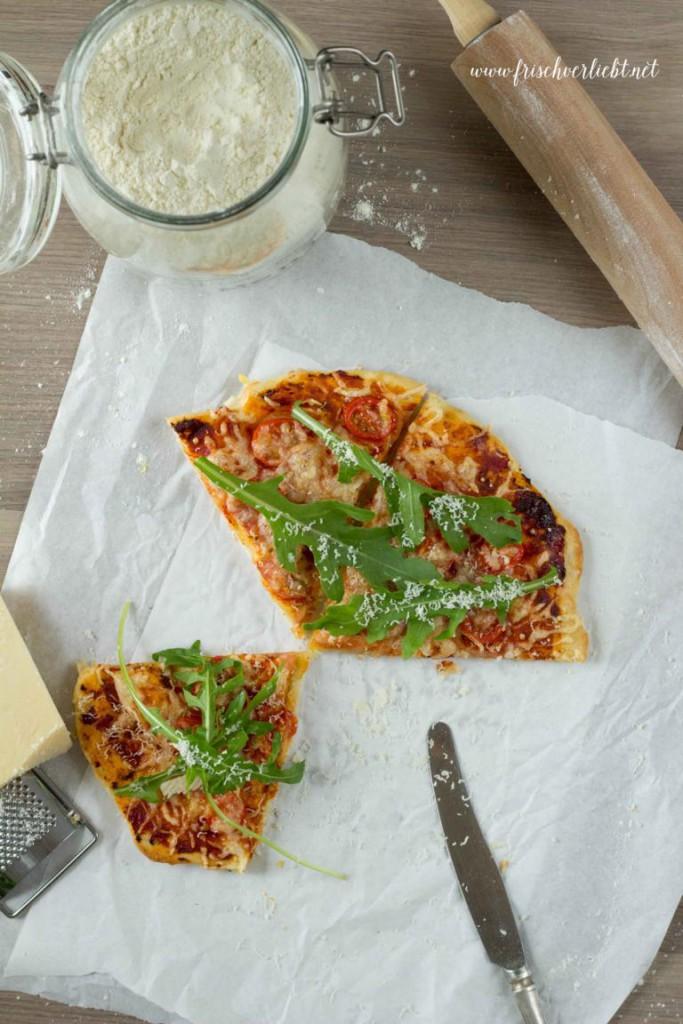 Rosmarin_Pizza_mit_Rucola_und_Tomaten_Frisch_Verliebt_5