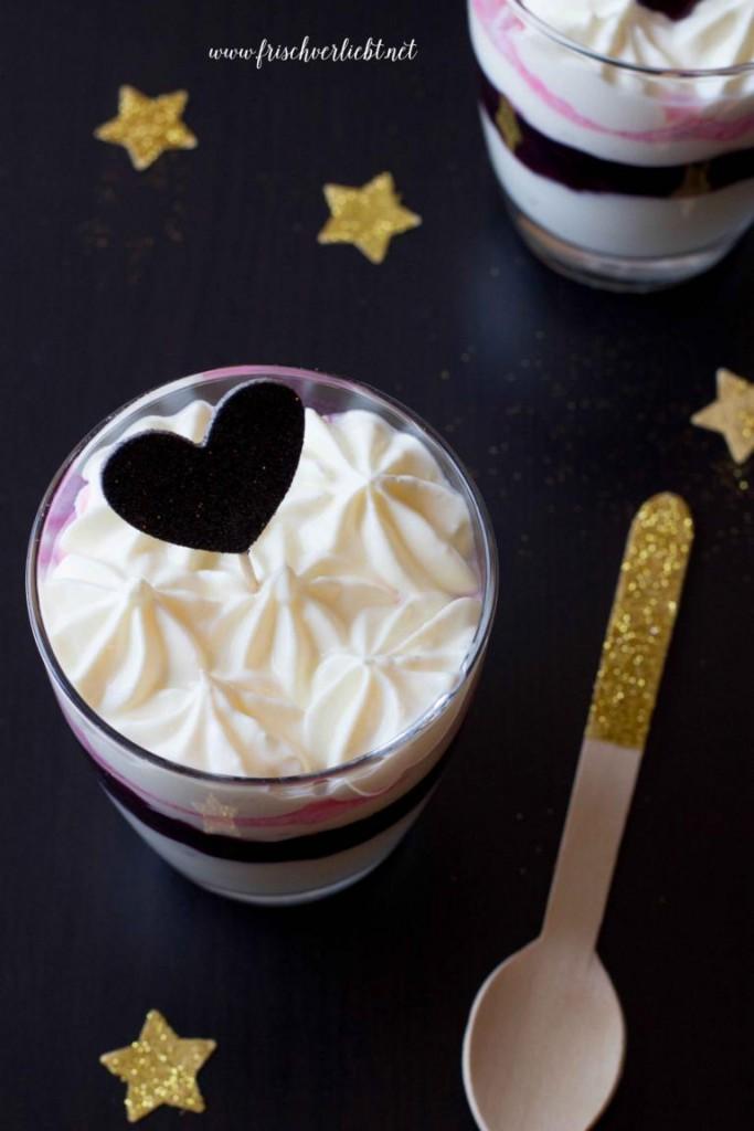 Dessert_mit_Baiser_Creme_und_Heidelbeeren_Frisch_Verliebt_3